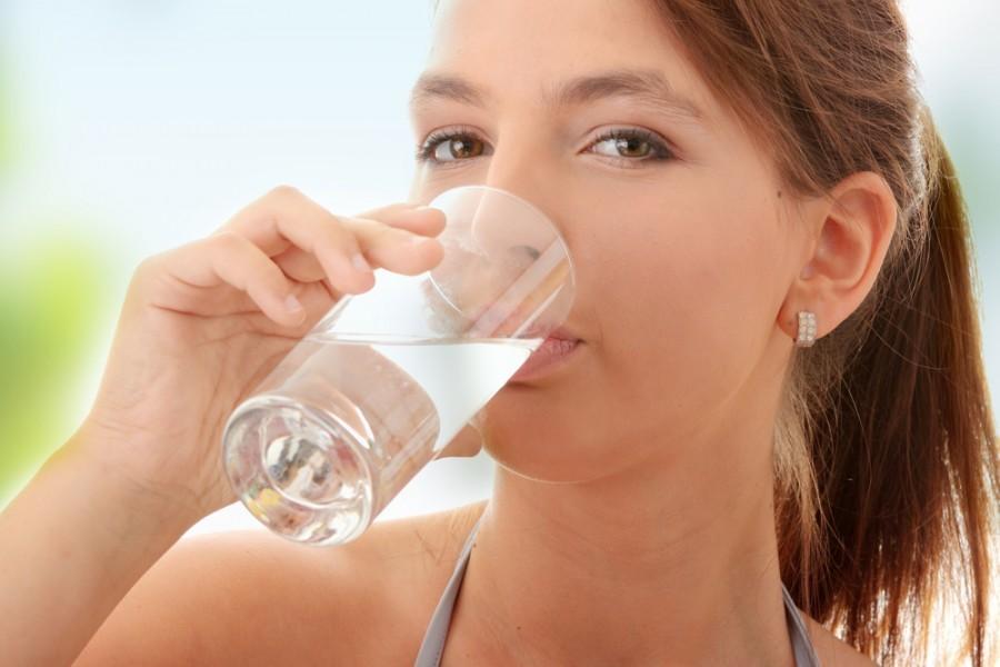 При лямблиозе пищевую соду рекомендуют растворять в воде и пить.