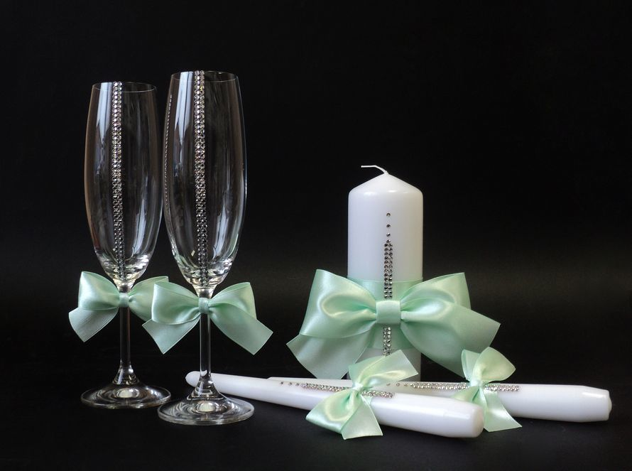 kak-ukrasit-svadebnie-bokali-strazami Как сделать свадебную корзину своими руками?