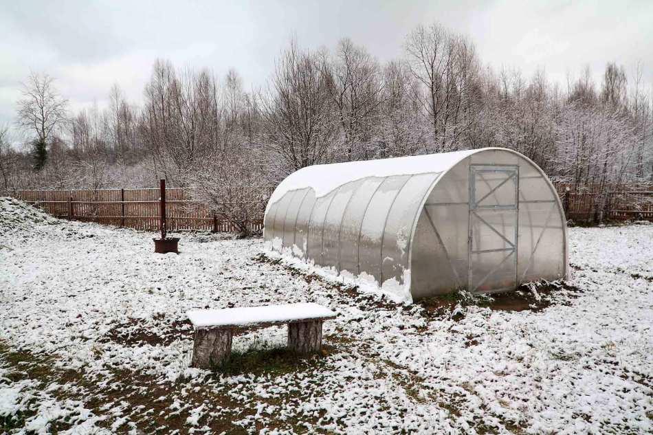 Огород с теплицей в ноябре