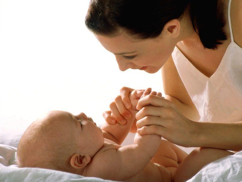Мама играет с грудным ребенком