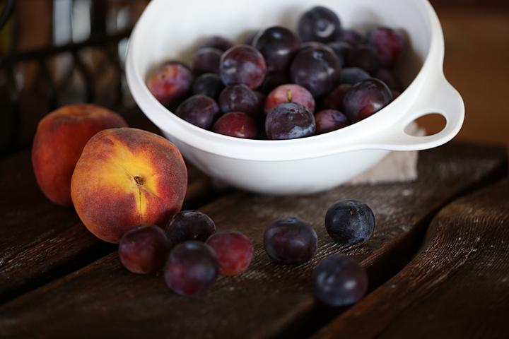Вымытые фрукты перед очисткой и закладкой в банки