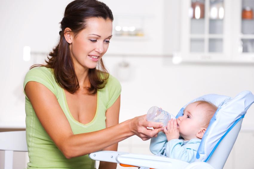 Можно ли поить новорожденного водой?