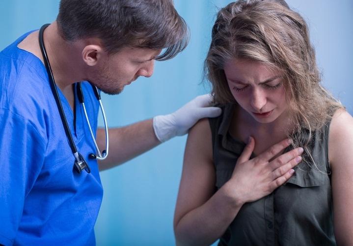 При проявлении первых симптом отравлению ртутью нужно немедленно показакаться врачу!