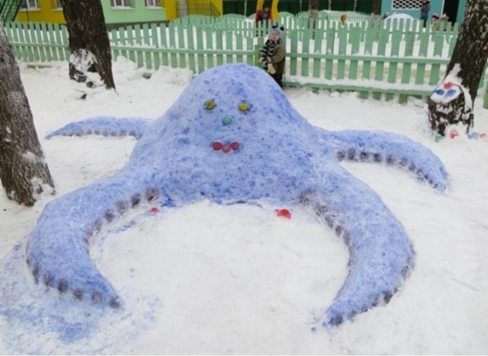Цветной снежный осьминог во дворе