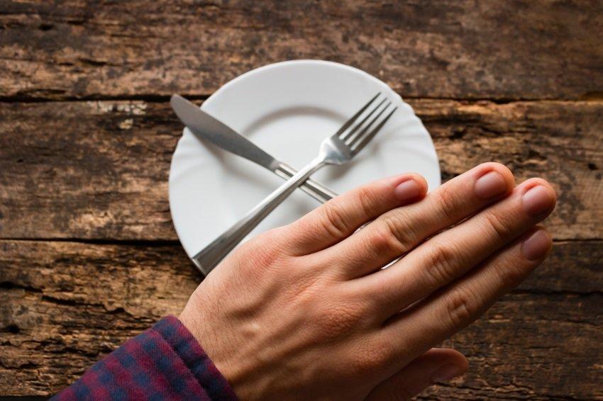 Пустая после еды тарелка снится к одиночеству, тоске, потере сил.