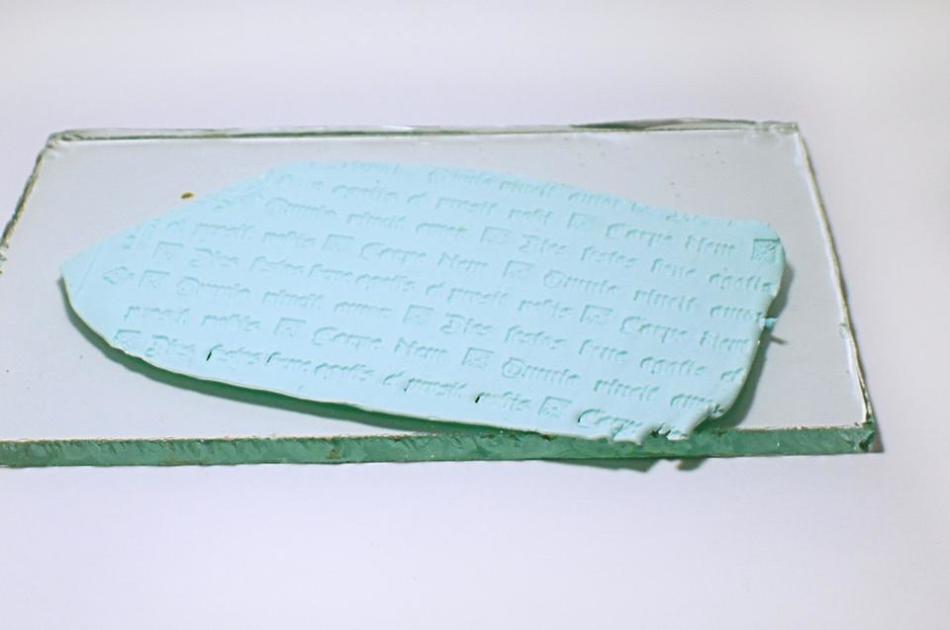 kusochek-glini-s-ottiskom-dlya-zakladki Закладка-уголок из бумаги для книг (оригами): как сделать своими руками