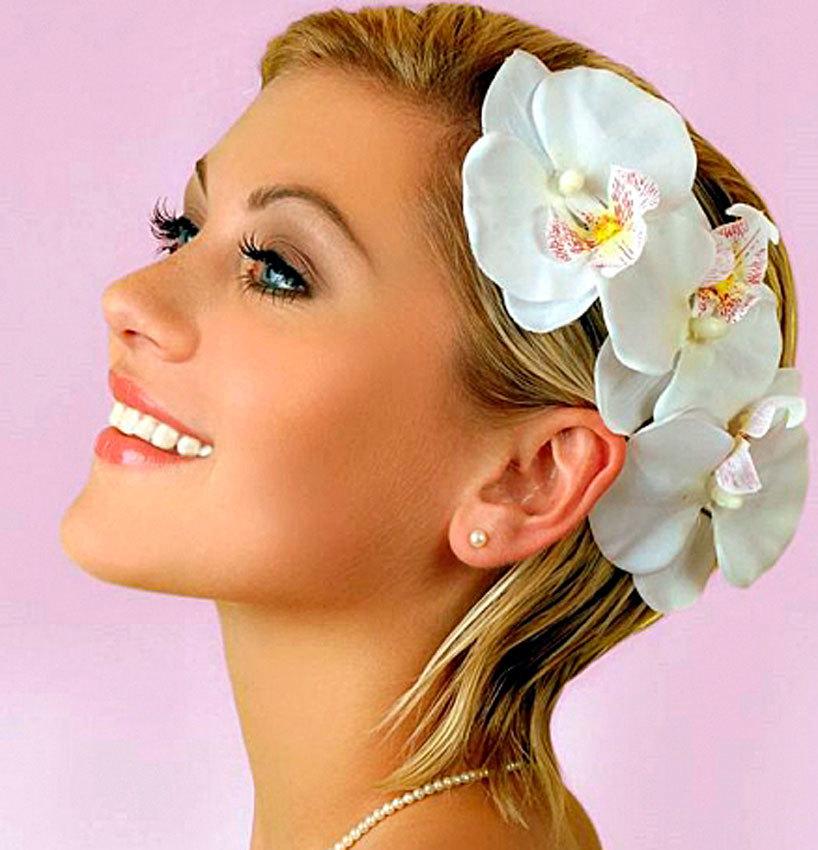 Короткие волосы и украшение из живых цветов