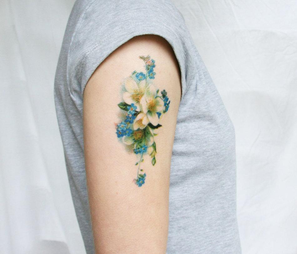 Татуировка на плече в виде полевых цветов