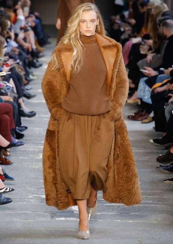 a64cae27977 Осенью и зимой 2019-2020 года модельеры предлагают присмотреться к  свободным и объемным вариантам. Пальто немного больше нужного размера  смотрится интересно ...