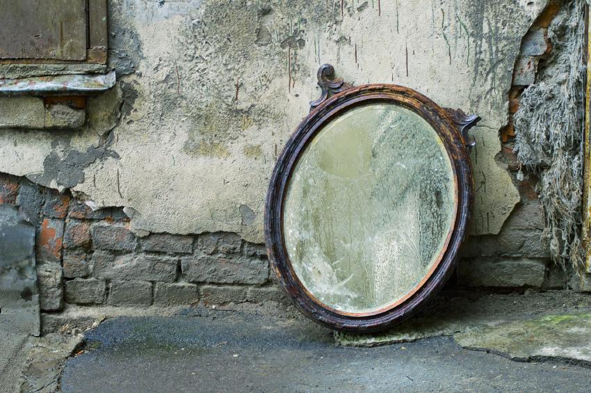 Старые зеркала нужно закапывать