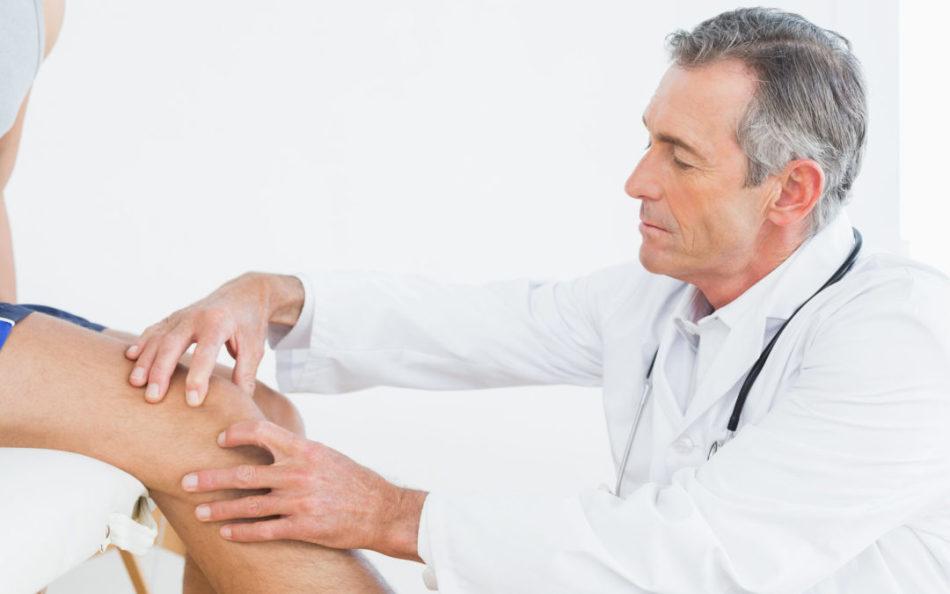 Доктор диагностирует артрит или артроз