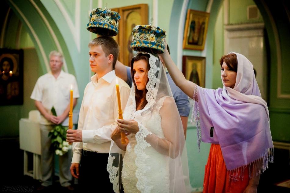 Венцы при венчании держат свидетели