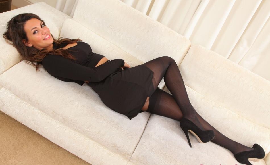 Фото девушка в чулках и черном платье 1