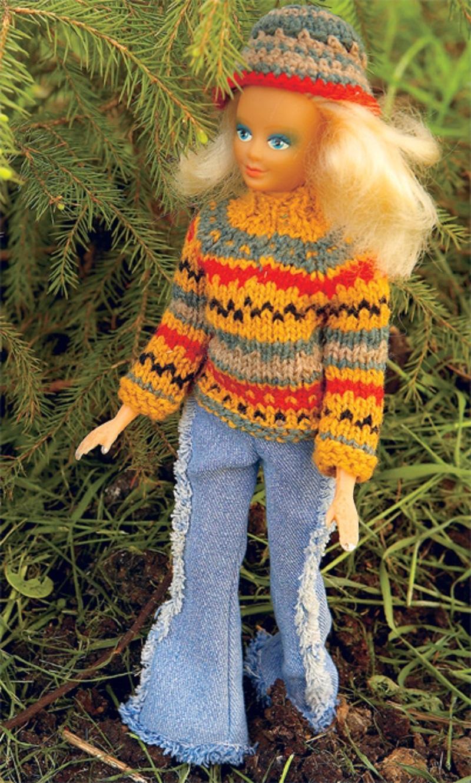 sviter-na-kukle-barbi-smotritsya-stilno Одежда для куклы Барби и Монстер Хай крючком и спицами: схемы с описанием, фото. Как связать платье для куклы Барби и Монстер Хай крючком для начинающих?