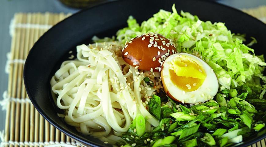Салат с маринованными яйцами
