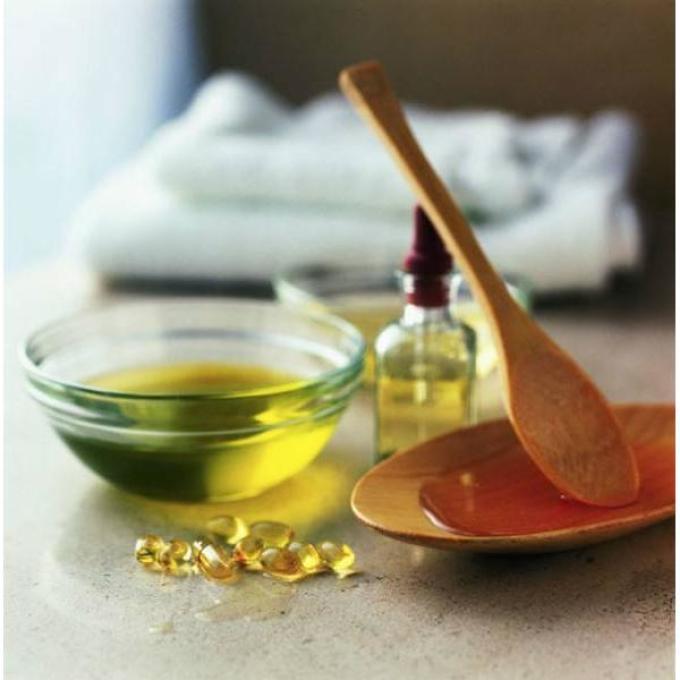 Чтобы сделать волосы густыми, послушными и красивыми, можно добавлять энотеровое масло прямо в шампунь.