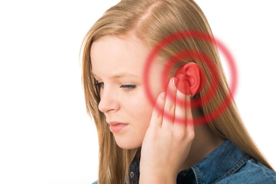 Боль в ухе с повышением температуры тела - признак воспаления уха (отита)