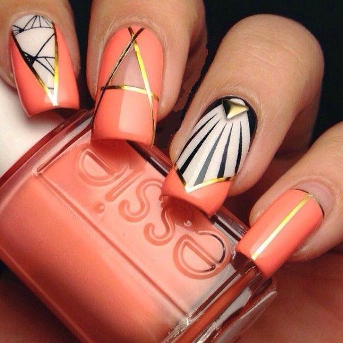 Летние геометрические рисунки на ногтях в коралловом дизайне