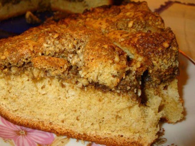 Красивый пирог с орехами и халвой