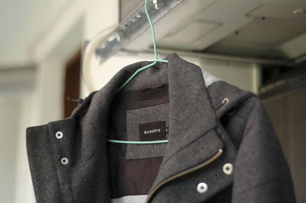 Как правильно почистить пальто от пыли в домашних условиях?