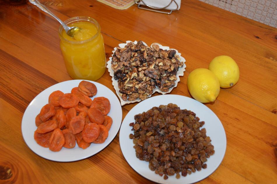 Классическая смесь - сухофрукты, орехи, лимон и мед.