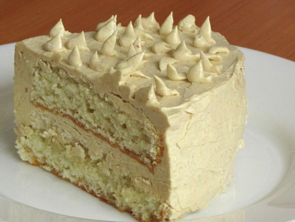 Торт, украшенный кремом с халвой
