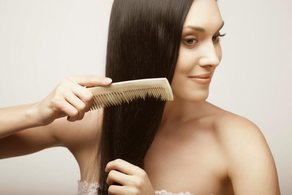 Расчесывание волос с маслом