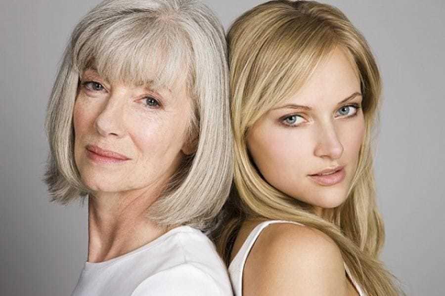 Две женщины разного возраста - одна седоволосая, вторая - золотистая блондинка