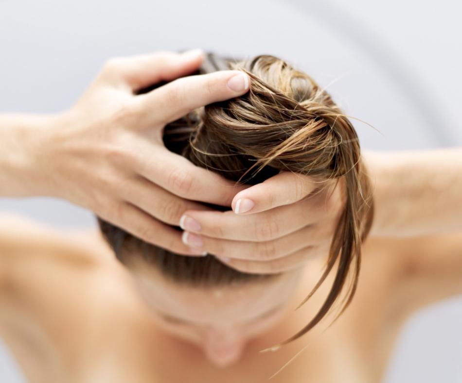 Массаж головы с маслом пачули стимулирует рост волос