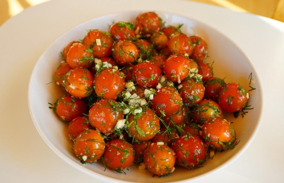 Малосольные помидоры с базиликом и чесноком