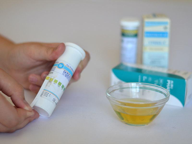 Определить белок в моче можно с помощью тест-полосок в домашних условиях