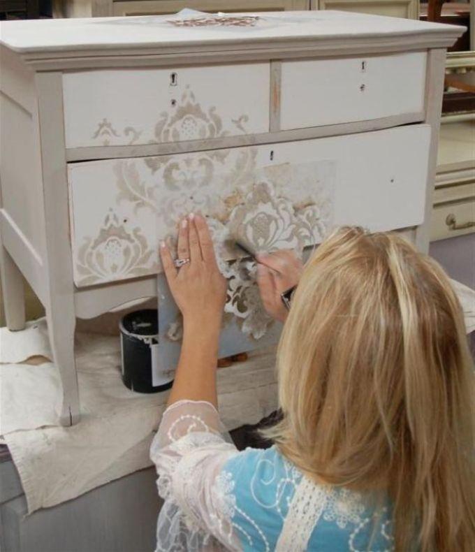 dekupazh-s-pokritiem-risunka-lakom-budet-smotretsya-iziskanno Декупаж старого шкафа своими руками фото: кухонный мастер-класс, как сделать оформление двери шкафчика