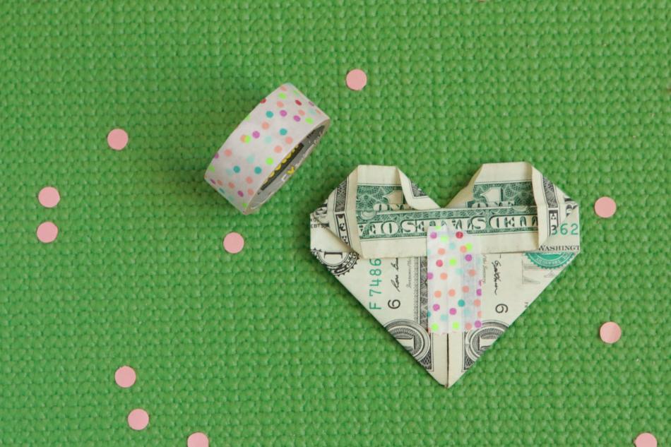 Фиксация сердечка из денег декоративной лентой