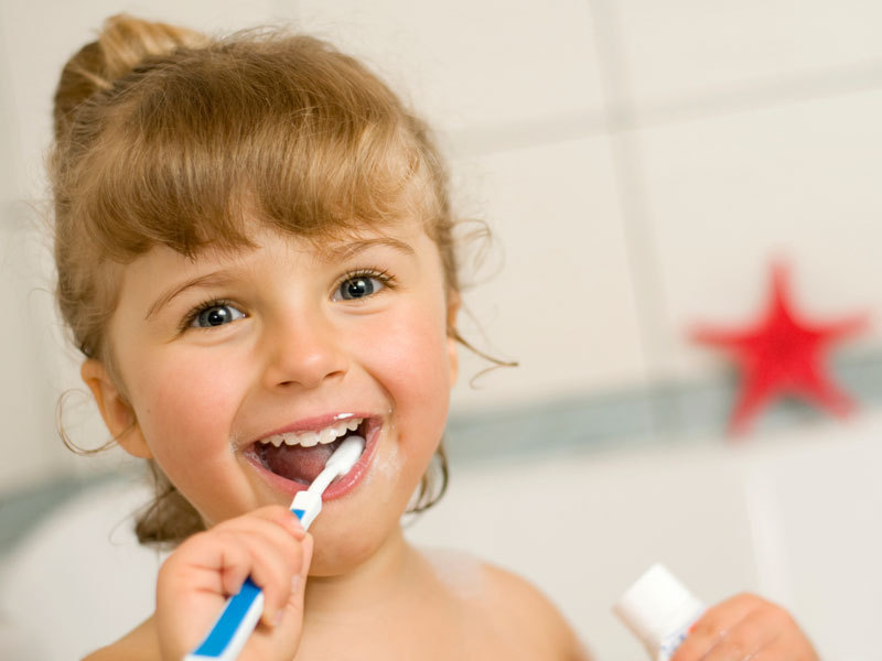Воспитать привычку в ребенке чистить зубы дважды в день - самый простой способ избежать зубного налета