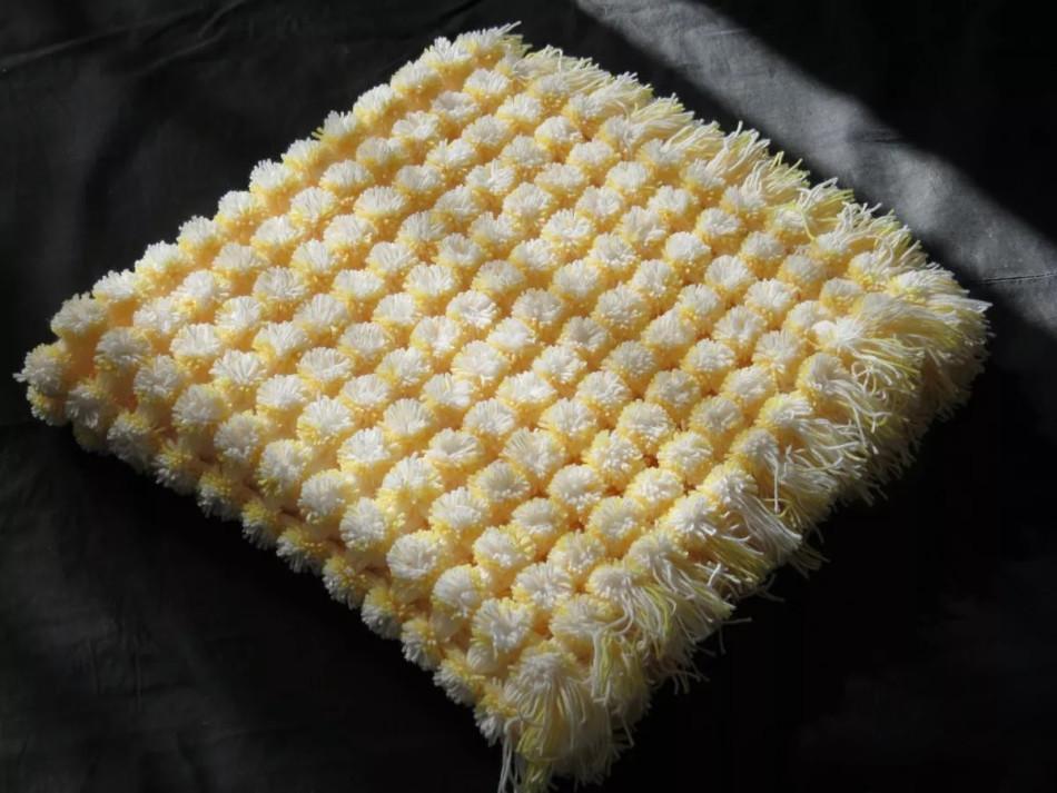 95c606b12ec48b56ac1978c9a72074c4 Коврик из помпонов своими руками с использованием шерстяных ниток и мусорных пакетов. Основа для коврика из помпонов своими руками