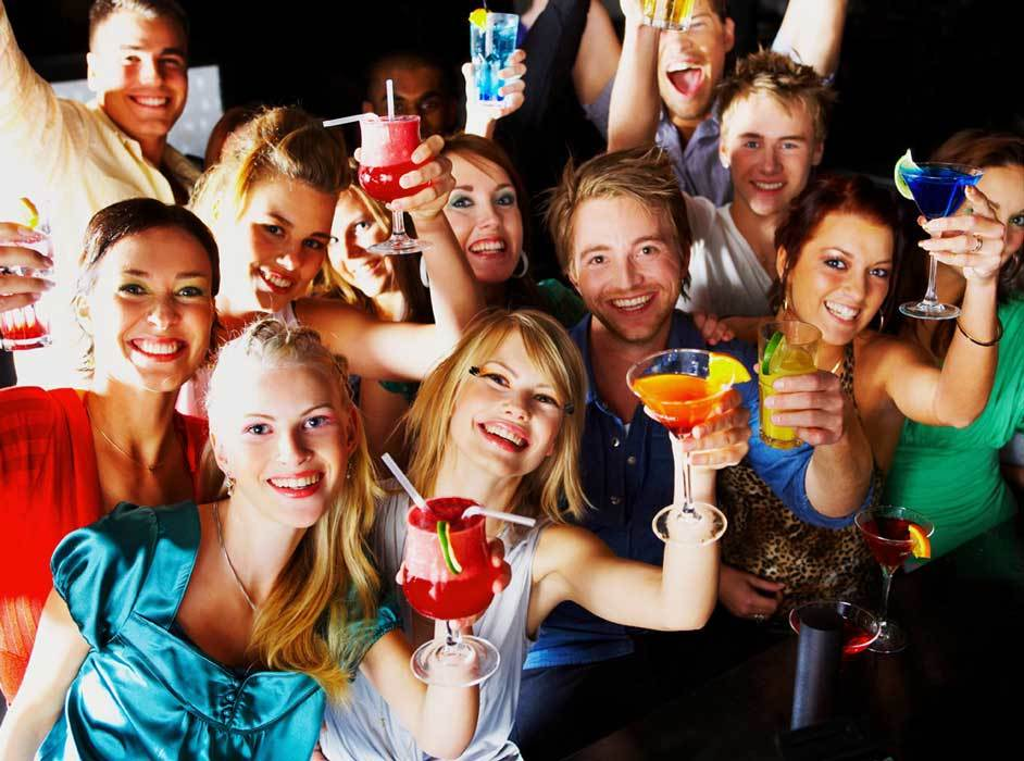 Неожиданная вечеринка с друзьями - чудесный подарок для девушки
