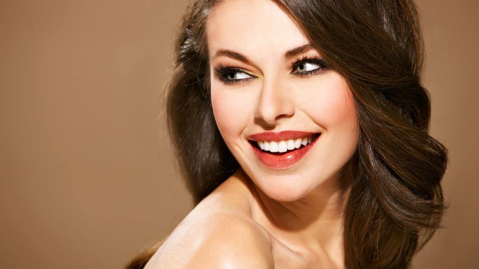 Для того, чтобы сделать акцент в макияже на губах, необязательно подбирать яркую помаду