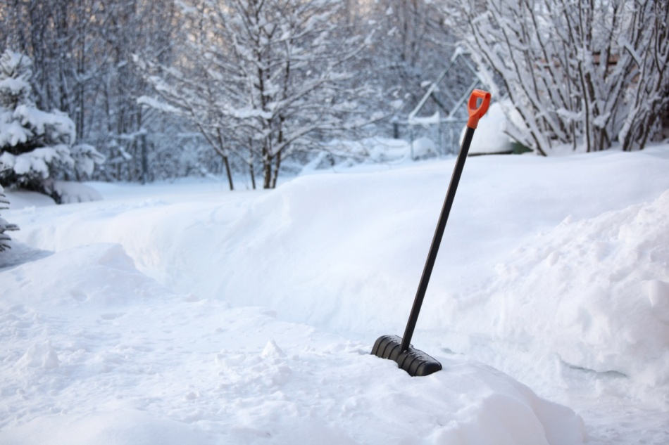 Уборка снега на приусадебном участке