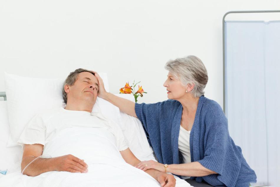 Женщина помогает восстановить силы мужчине после болезни