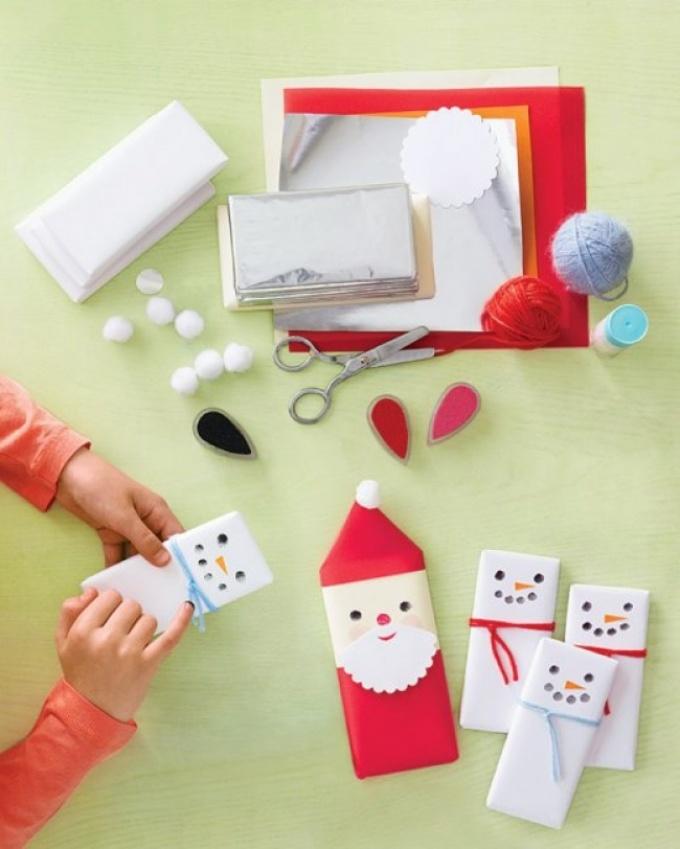 shokoladki-mozhno-vot-tak-upakovat-v-vide-dedov-morozov-snegovichkov Коробка для конфет своими руками: делаем из бумаги и из картона