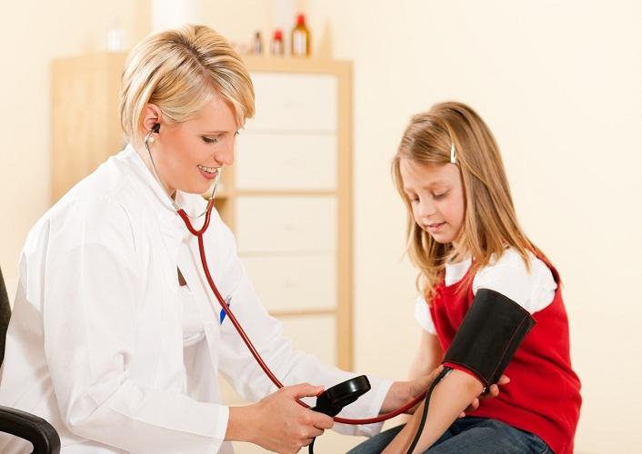 Если у ребенка высокое нижнее давление, тогда его обязательно нужно отвести к врачу