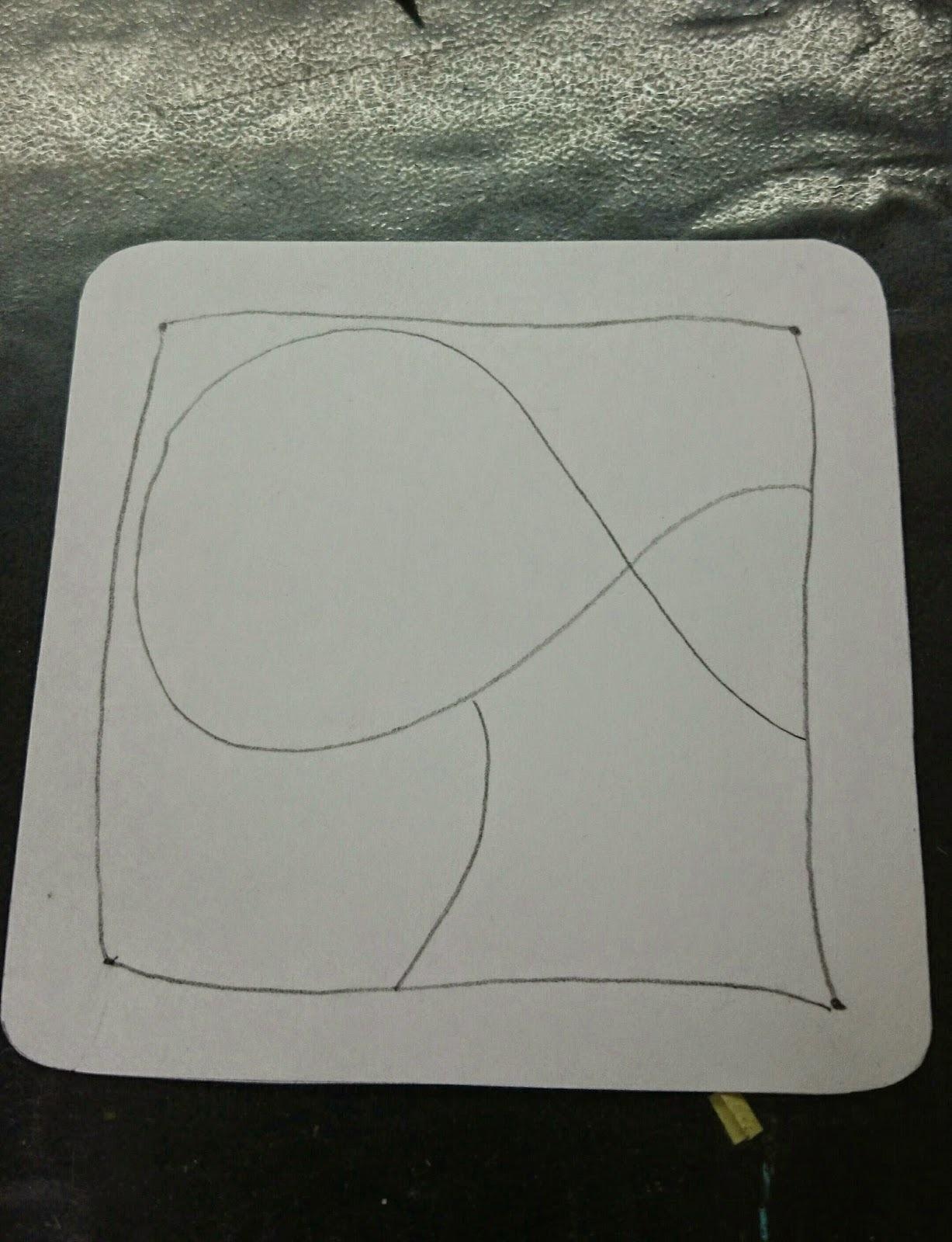 Дальше необходимо будет карандашом нарисовать кривую линию, которая разделит участок листа внутри границы, она же и решит сколько видов узора и танглов вы сможете нарисовать внутри