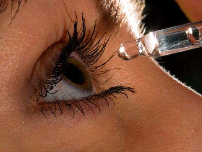 Использование увлажняющих капель поможет устранить сухость глаз, а значит и предотвратит их покраснение