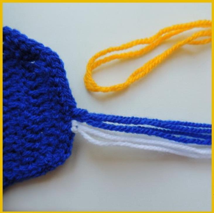 skladivaem-popolam-srazu-dva-otrezka-odnogo-cveta Шапка спицами для мальчика на весну, осень, зиму: описание и схема. Как связать детскую шапку для мальчика спицами шлем, ушанку, миньон, с шарфом?