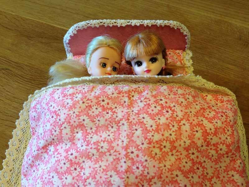 dvuhmestnaya-krovatka-iz-kartona Домик и мебель для кукол своими руками из картона: схема, выкройка, фото. Как сделать кровать, диван, шкаф, стол, стулья, кресло, кухню, холодильник, плиту, коляску для кукол из картона своими руками