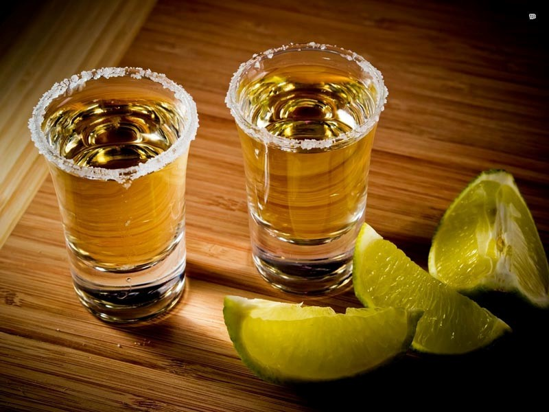Способ пить текилу с лимоном и солью