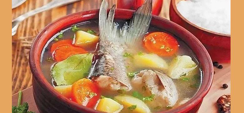 Вкусная, классическая уха из головы и хвоста рыбы