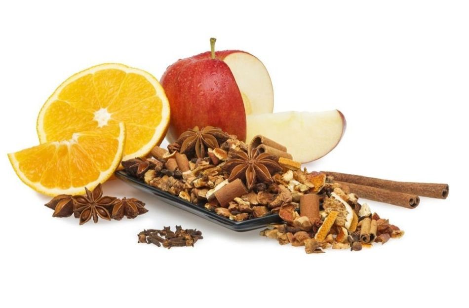 Алкогольный глинтвейн с 2 апельсинами, 2 яблоками, гвоздикой, корицей, мускатным орехом, имбирём, кардамоном, бадьяном либо анисом
