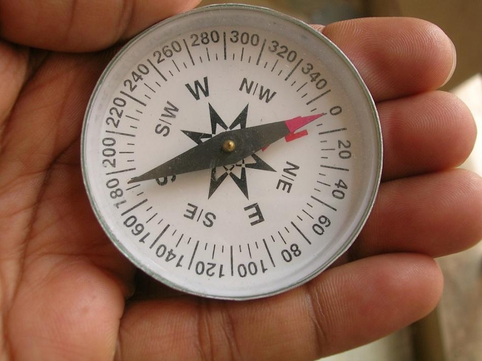 Красная стрелка компаса показывает на север