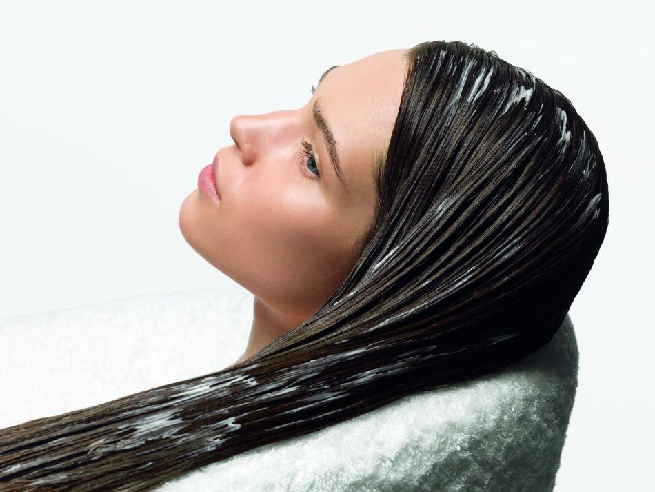Маска на волосах у девушки